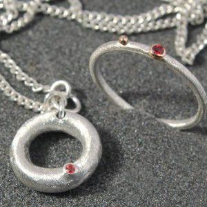 Pakabukas ir žiedas iš sidabro su raudonaisiais safyrais