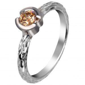 Baltojo aukso sužadėtuvių žiedas su konjakiniu deimantu