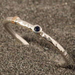 Baltojo aukso žiedelis su mėlynuoju 0,05 ct safyru