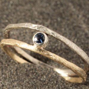 Dvispalvis auksinis žiedas su mėlynuoju safyru