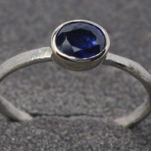 Baltojo aukso žiedas su 1,2 ct mėlynuoju Šri Lankos safyru.