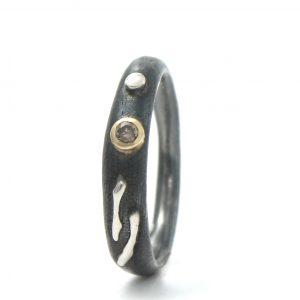 Tamsinto sidabro žiedas su geltonojo aukso detalėmis ir konjakiniu deimantu