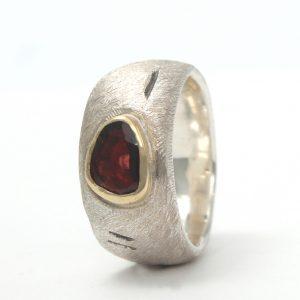 Platus sidabro žiedas su kokybišku granatu aukso apsode