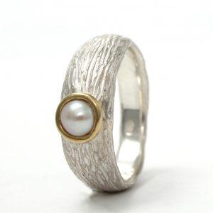 Originalaus paviršiaus sidabrinis žiedas su baltu gėlavandeniu perlu geltonojo aukso apsode