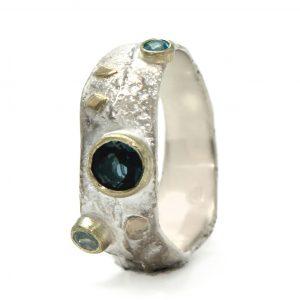 Sidabro ir aukso žiedas su įvairiaspalviais topazais