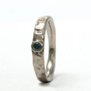 Baltojo aukso sužadėtuvių žiedas su mėlynuoju deimantu
