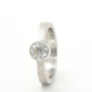 Baltojo aukso klasikinis sužadėtuvių žiedas su deimantu
