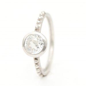 Baltojo aukso elegantiškas sužadėtuvių žiedas su skaidriu topazu