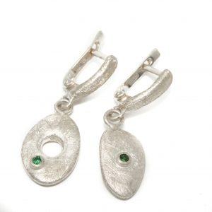 Asimetriški sidabriniai auskarai su žaliaisiais granatais