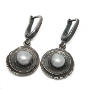 Puošnūs tamsinto sidabro auskarai su pilkais gėlavandeniais perlais