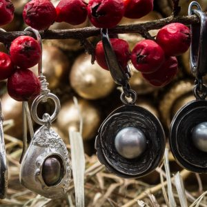 Puošnūs kabantys auskarai su gėlavandeniais perlais