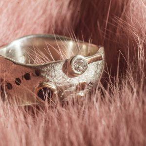 Sidabro ir aukso žiedas su safyrais