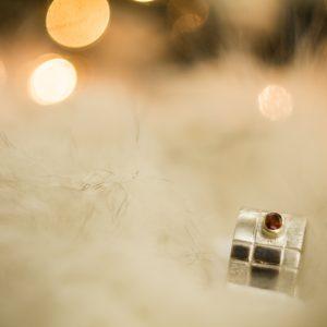 Platus sidabro ir aukso žiedas su raudonuoju safyru