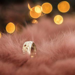 Išskirtinis sidabro žiedas su aukso detalėmis ir mažu raudonuoju safyru