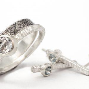 Modernūs sidabro auskarėliai su žydrais topazais