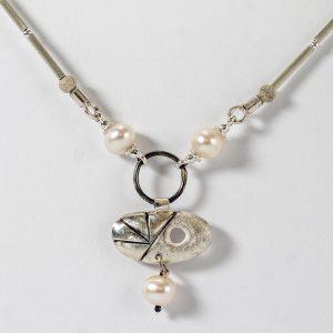Koljė su perlais, paladžiu ir sidabru
