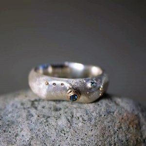 Sidabro žiedas su mėlynaisiais deimantais