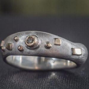 Patogus sidabro žiedas su aukso detalėmis ir šampaniniu deimantu