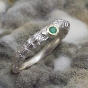 Siauras sidabrinis sužadėtuvių žiedelis su aukso detalėmis ir 0,05 ct smaragdu