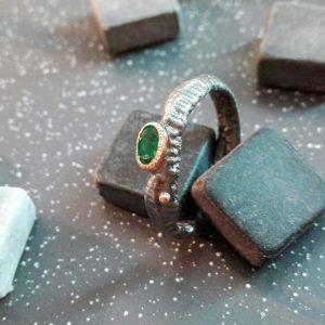 Archajiškas tamsinto sidabro žiedas su ovaliu smaragdu