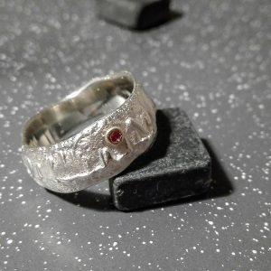 Išraiškingo paviršiaus sidabro žiedas su raudonuoju safyru