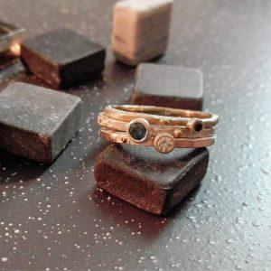 Trijų siaurų žiedelių derinys su safyru, iš sidabro ir baltojo aukso