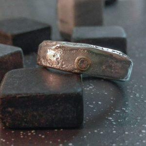 Elegantiškas sidabro ir aukso žiedas su šampaniniu deimantu