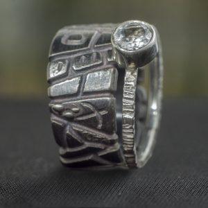 Dviejų sidabro žiedų derinys su skaidriu topazu