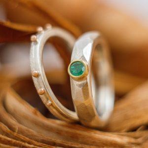Dviejų sidabro žiedų komplektas su smaragdu