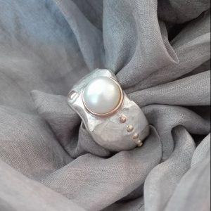 Elegantiškas sidabro žiedas su gėlavandeniu perlu ir auksu