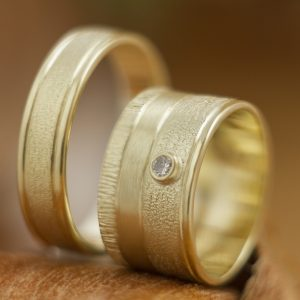 Geltonojo aukso vestuviniai žiedai su deimantais