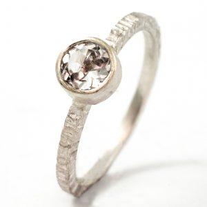 """Klasikinis sužadėtuvių žiedas su """"cinkeliu"""""""