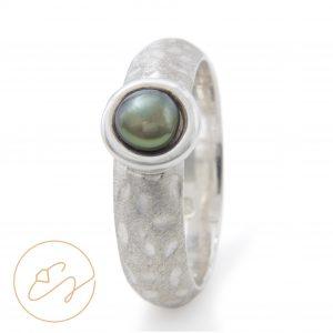 Rafinuotas sidabro žiedas su gėlavandeniu perlu