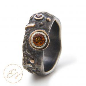 Išskirtinis juodojo sidabro žiedas su ugniniais safyrais ir auksu